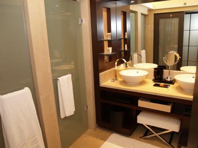 miroir grossissant et clairant. Black Bedroom Furniture Sets. Home Design Ideas
